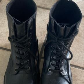 Brugt meget få gange  Sælges da de er for små  Dr martens gummistøvler kan også bruges som normale støvler