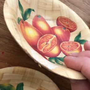 6 små retro servingsskåle med frugter, perfekt til tørre fødevarer og slik. Nogle af skålene er mere brugt end resten. Se billede. Stadig helt brugbare og fine.  Husk de skal vaskes af i hånden.  Samlet pris 125kr.  Pr. Stk. 25kr.