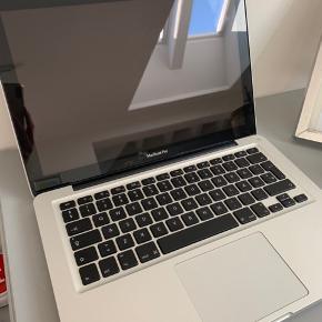 Jeg sælger denne Macbook Pro, Mid 2012. Den er købt til 13.299 kr i L'EASY. Der følger æske og oplader med til den. Kvitteringen haves. Den virker helt fint, og to af knapperne under computeren er skiftet til nye. Der er desuden også mulighed for at du kan komme forbi og kigge på den;) På sidste billede står de forskellige ting omkring computeren, og hvis der skulle være nogle spørgsmål eller andet, så er du velkommen til at skrive en besked! Skriv også meget gerne for flere billeder!  Den sælges for 4000kr:)) God dag!