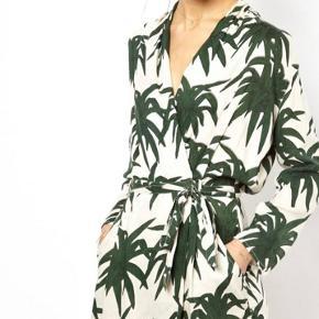 Ganni slåom kjole i palmemønster. Knappen i siden er lidt løs. Kjolen er brugt en del, men i fin stand. Byd!