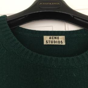 Dejligste Acne Studios strik i mørkegrøn.   Har selv købt den brugt og været glad for den, så den er lidt fnugget.