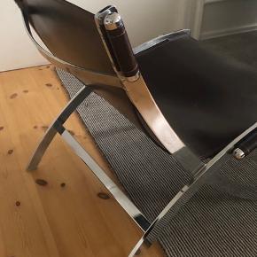 Smart kvalitetslænestol  Stel af solidt krom (tung og robust ) og betræk af tykt mørkebrunt læder. H. 75 x 66 x d.80 cm.  Model Cuba - krom og mørkebrunt læder - god stand.