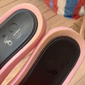 Fine slippers - det lyserøde er slidt af en del steder men der er masser af liv i dem endnu:)  Mp 350krpp