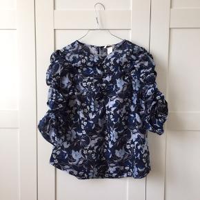 """Smuk bluse med puf. Passer også 36/38 i """"oversize"""". Aldrig brugt."""