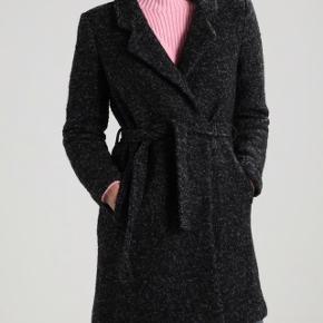 Uld frakke fra Only. Kun brugt en 1/2 vinter og er derfor næsten som ny. Nypris var 599 kr. Materialer: 55% polyester, 45% uld.