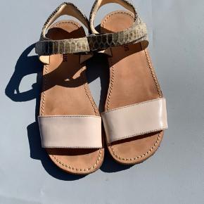 Fine sandaler uden slid  250,- pp. Prisen er sat ud fra handel via mobilepay  BYTTET SLET IKKE