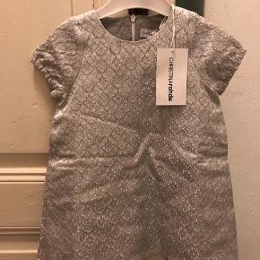 Varetype: Kjole Farve: Sølv Oprindelig købspris: 599 kr.  SÅ smuk en kjole. Desværre fik vi den aldrig brugt.