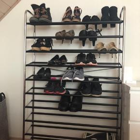 Skoreol med god plads til mange sko. Der er 10 hylder i alt.  Mål: 145 høj, 92 bred, 24 dyb.