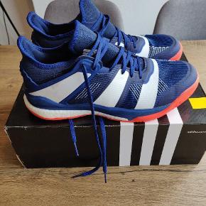 Sælger disse rigtig fine indendørs sko, Adidas Stabil X. De er aldrig brugt, men kun prøvet på. Ny pris: 1100