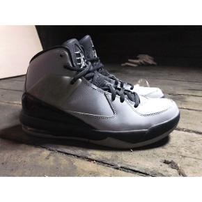 Jordan sneakers  Unisex Brugt få gange Str. 40 (25cm og passer derfor også 39/39,5) Købt i New York og fås ikke herhjemme   Hentes på Østerbro