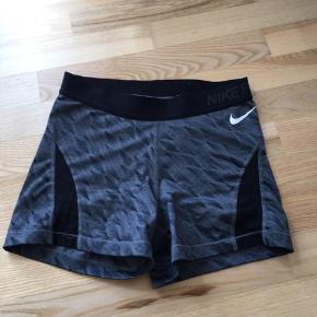 Sælger disse korte Nike Pro tights da jeg ikke får dem brugt. Ny pris var ca. 200kr