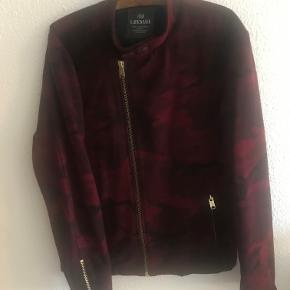 Lækker vinrød jakke fra HAN Kjøbenhavn - 70% uld. Fremstår i pæn stand og er næsten ikke brugt. Lidt lille i str. og svarer nok til str. XL