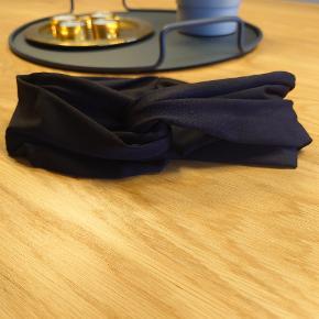 Super fedt Nike knudehårbånd/sportspandebånd. Prøvet en gang - fremstår som ny. Jeg får det ikke brugt. Dejligt at have på!