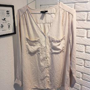 Sælger denne fine beige skjorte fra H&M i str. 40. Den er brugt en smule og er løbet i stoffet og andre brugsspor kan forekomme.