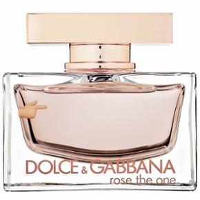 🌹Original Rose the One, Eau de Perfume For Women By Dolce & Gabbana – 75 ml ✨ ca. 50ml tilbage✨  ✨Seductive and intoxicating notes include; black currant, pink grapefruit, mandarin, lily of the valley, rose, litchi, peony, madonna lily, ambrette seed, sandalwood, musk and vanilla.  🌹 NP: 890kr  Prisen er fast