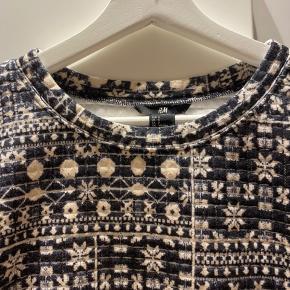 Sort og hvid mønstret sweatshirt fra H&M i pæn stand.