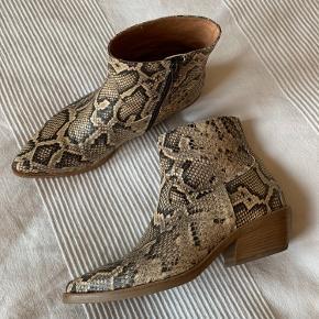 Cowboy boots i snake fra Via Vai - aldrig brugt, kun prøvet et par gange indendørs. De er størrelsessvarende til en alm str 38.  Nypris 1699 kr - mp 750 pp. Bytter ikke.