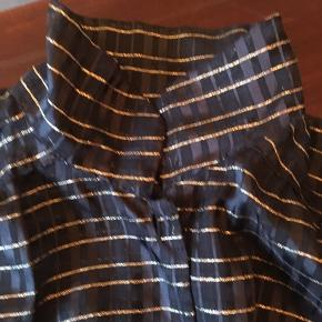 Flot vintageskjorte/bluse med guldstriber. Kan styles med skjortekrave eller høj hals.
