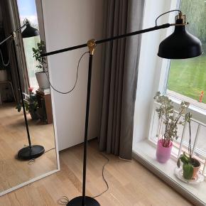 Fin lampe fra IKEA, har næsten ikke været fremme, men har desværre små hvide malerpletter på foden. De er dog meget nemme at fjerne med en negl