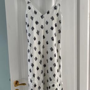 Fin kjole i viskose fra & Other Stories. Brugt og vasket nogle gange, men pæn stand (ingen synlige pletter el.lign.). Normal i størrelsen, går til under knæet/midt på læggen afhængig af højde.