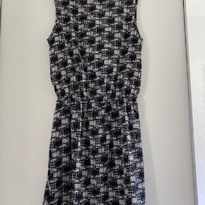 Rigtig fin mønstret kjole. Brugt men er som ny.