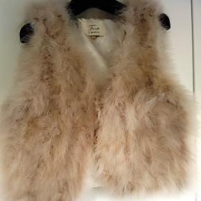 Pelsvest i ægte pels fra Furst Denmark, med smukt silkesatinfor. Vesten lukkes med hægter.  Str. M/L  Har en i creme farvet og en i gråblå.  Aldrig brugt. - Nypris 2.000.  Kan sendes med sporbar GLS pakke til kr. 39. Har MobilePay.  Pris pr. stk.