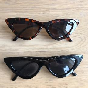 Sælger disse super fine cat eye solbriller i sort eller leopard.   Solbriller er i ubrugt emballage og der er derfor ingen tegn på slid eller nogle form for ridser.   Pr stk 75 kr + porto 2 stk 120 kr + porto