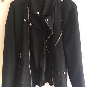 Str M Sælger denne dejlige jakke. Grundet salg er at den er for lille til mig, ellers totalt elsket.  Købt for ca. 2 måneder siden, og brugt 2-3 gange. Ny pris var 599 Bud tages fra 200 +33 kr fragt