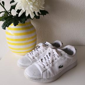 Lacoste carneby bl spw sneakers. Der er tegn på slid på i læderet på skoene, men udover det, er de i pæn stand. Måske lidt hvid skosværte kan gøre underværker.  ▪️Sender gerne/køber betaler porto ▪️Returnerer ikke ▪️Kun fra dyrefrit hjem ▪️Køber betaler ts gebyr