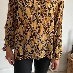 Fin let skjorte med slangeprint -fejlkøb -stor i størrelsen  KØBER BETALER FRAGT! Fragten bliver med DAO. Eller afhentes i Aarhus C.   SE GERNE MINE ANDRE ANNONCER!!😍  #30dayssellout