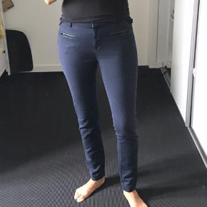 Lækre TH bukser i mørk blå farve - det er den lækre klassiske model.
