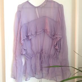 Fin lavendelfarvet bluse fra Second Female i str M. Har bindebånd i livet så man kan stramme den ind 😊