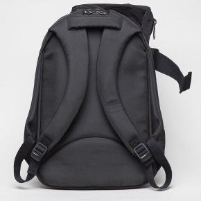 -- Cote&Ciel Isar Twin Touch Memory Rucksack --  Sælger denne lækre rygsæk fra Cote & Ciel da jeg desværre finder den lidt for stor og derfor ikke får den brugt. Kun brugt få gange og minimale skrammer.  Beskrivelse:  The Cote&Ciel twin touch rucksack is an ergonomic bag, perfect for creators and designers on the move. Its unique shape is designed to offer both maximum protection for the laptop pocket at the heart of its construction, and maximum storage with a large main compartment. This durable design sees heavy-duty metal hardwear, MemoryTech fabric with neoprene inserts and an ecologically dyed Ecoya frame providing durable water resistant protection. This asymmetric design houses space for almost all day to day needs, with a heavily protected laptop pouch, external document pocket and internal accessory pouch.