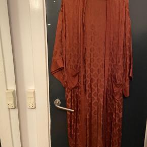 Den smukkeste kimono fra Cecilie Copenhagen. Jeg har desværre fået smidt bæltet væk så bruger den åbent. Da det er en kimono vil jeg mene at den passer de fleste størrelser XS-XL.