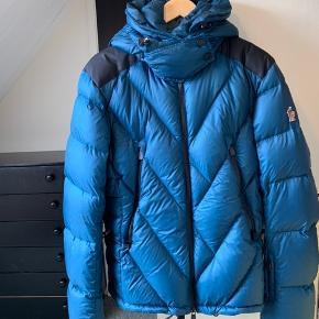 Moncler Valdez str 5, jakken er pæn og velholdt men har en lille skræmme på under lommen