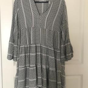 Grålig kjole fra mærket Pigalle. Købt i Only. Ingen tegn på slid, dog er den syet, så den ikke er så nedringet.