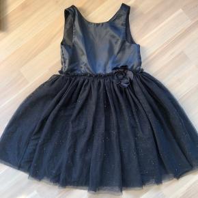 Mørkeblå glimmer kjole med tyl skørt.  Kan sendes med dao a 37kr