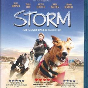 2679 - Storm (Marcus Rønnov) (Blu-ray)  Dansk Film - I FOLIE    Årets store danske familiefilm  Storm  er historien om 12-årige Freddie (Marcus Rønnov), som bor alene med sin politibetjent far (Troels Lyby). Freddie har et stort hjerte, og en dag da han ser en hund, som bliver mishandlet af sin ejer, beslutter han sig på stedet for at handle. Imod sin fars vilje bortfører Freddie hunden i et forfærdeligt stormvejr og gemmer den på sit værelse.    Storm, som Freddie hurtigt døber hunden, har en helt usædvanlig evne, han kan løbe meget, meget hurtigt! Freddie tager hunden med på væddeløbsbanen, hvor Storm hurtigt vækker opsigt, og hundetræneren Sofie tilbyder at hjælpe med at træne ham. Men selvom det går hurtigt fremad, og Storm ligger lunt i svinget til det store Danmarksmesterskab i hundevæddeløb, er der mange ubekendte: Ikke mindst en far, der ikke må vide noget og en meget truende hundeejer, som pludselig dukker op ud af det blå. Heldigvis har Freddie nogle gode mennesker på sin side, bl.a. den lune genbo Fru Andersen og en rigtig sød pige fra klassen...  Tekst fra pressemateriale