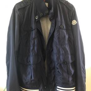 Super fed jakke fra Moncler,jakken har et meget lille hul bagpå vist på billedet,jakken eneste 4