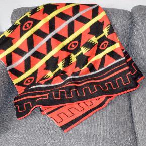 Retro plaid, i lækkert rødt og gult mønster. Ren uld fra skotland. Står som nyt. 120*150 cm.