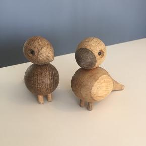 Kay Bojesen Turtelduer  De bedårende Lovebirds er designet af den danske formgiver Kay Bojesen. De små fugle kommer som et sæt på to og er fremstillet i lyst og mørkt eg.  De har lidt mærker, men ikke noget man ser. Har forsøgt at tage billederne så man kan se det. Nypris 800kr