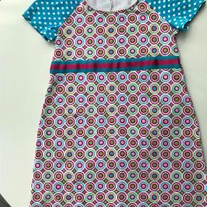Brand: Dazzle Me Varetype: Midi Størrelse: XXL Farve: Multi  Farverig kjole med polka prikker og retro vintage mønster i de skønneste farver. Brugt x 1. Str XXL, men virker mere som XL eller L.  Mål uden stoffet er strukket ud: Æg-Æg 47x2 Hofte målt 55 cm nede fra skulder = 55 x 2 cm Talje ca 50 x 2. Længde 93 cm