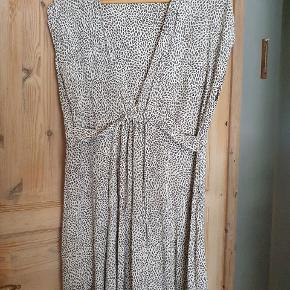 Lækker kjole og tyndt stof, kan med fordel bruges til en tur på stranden! Den kan spændes ind under brystet.