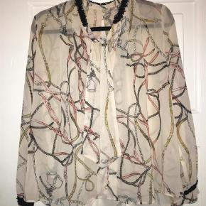 Varetype: Langærmet Farve: Multi Oprindelig købspris: 300 kr.  Zara bluse i størrelse M. Mærket er blevet klippet ud fordi de kradsede, men ellers er blusen i fin stand