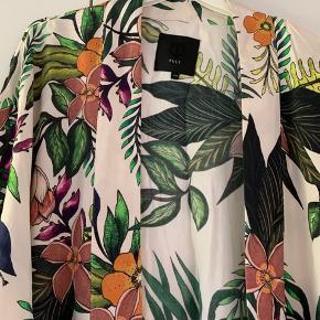 Sød kimono fra Pulz med råhvid baggrund til blomster og blade. 3/4 ærmer og små slidser i siden.
