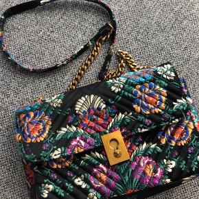 Fin crossbody blomstret taske fra Mango.  Ikke brugt særlig meget. Nypris: 600 kr