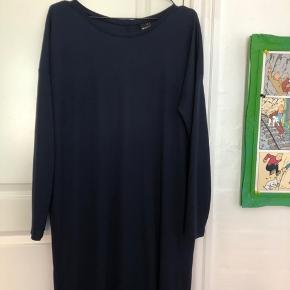 Skøn kjole fra Gina Trico i mørkeblå farve.  Dejlig blød at have på ☀️🙏 100 % polyester 🌳🌿