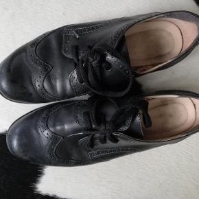 Brand: Hotter Concept  Skind Engelsk kvalitets sko med virkelig god pasform og indvendig polstret lædersål og blomstret foer. UK str. 5 1/2.  Hæl skal nok forsåles da den er slidt skæv udad.