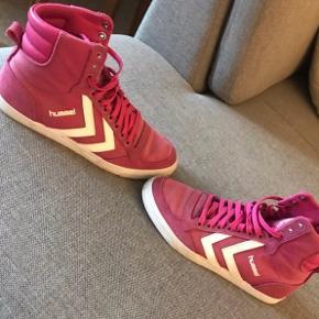 Fede Hummel sko i pink. Næsten helt nye- brugt max: 1-2 gange. Str. 37  Nypris: 599,- kr.   Sender med DAO- tradonohandel.