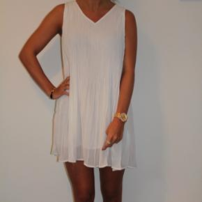 Smukkeste hvide kjole, perfekt til sommeren.  Str. small  Cond: 10/10   Se gerne mine andre annoncer med mærker fra bla. Soaked in Luxury, Zara, Ganni, Alexander Wang, ASOS, Envii, H&M og mange flere.
